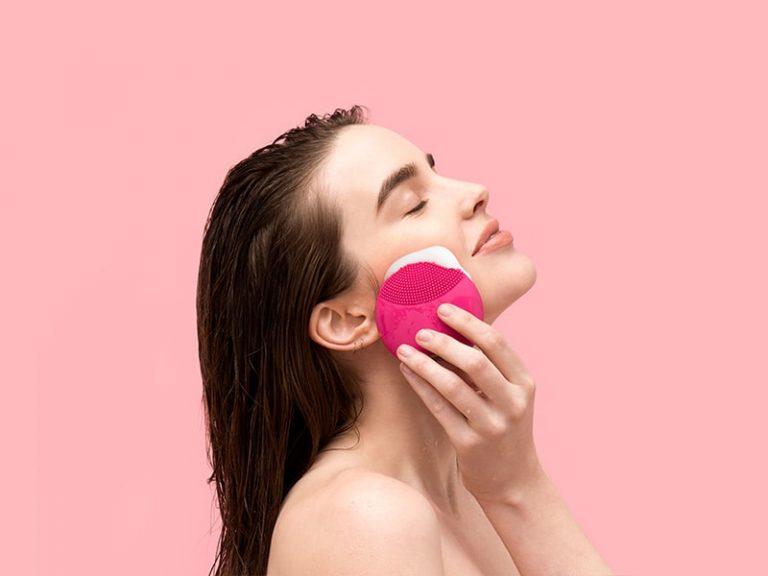 Muốn ngăn chặn tình trạng mụn đầu đen thì phải nhớ tẩy trang sạch sẽ hàng ngày